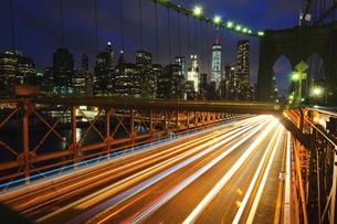 Light trails on Brooklyn bridge, New York, USAの写真素材 [FYI03572772]