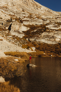 Male hiker looking out from lake rock, Mineral King, Sequoia National Park, California, USAの写真素材 [FYI03572799]