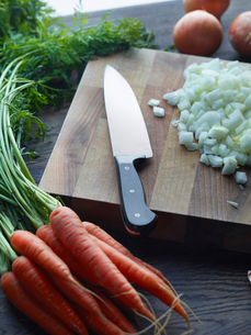 Fresh carrots with onions chopped on cutting boardの写真素材 [FYI03572854]