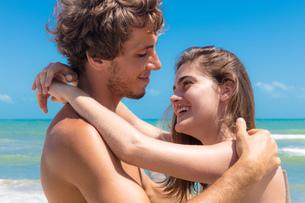 Young couple hugging on beach, Taiba, Ceara, Brazilの写真素材 [FYI03572916]