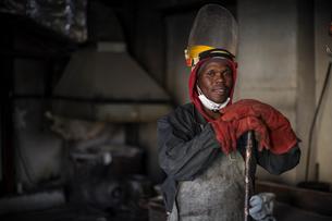 Portrait of metalworker in foundryの写真素材 [FYI03573504]