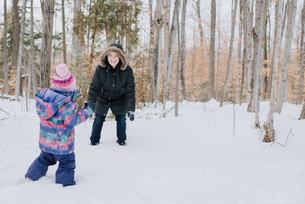 Mother and daughter playing in snow, Peterborough, Ontarioの写真素材 [FYI03573691]