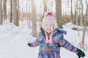 Girl playing in snow, Peterborough, Ontarioの写真素材 [FYI03573693]