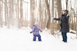 Mother and daughter playing in snow, Peterborough, Ontarioの写真素材 [FYI03573694]