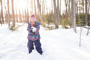Girl playing with snow, Peterborough, Ontarioの写真素材 [FYI03573695]