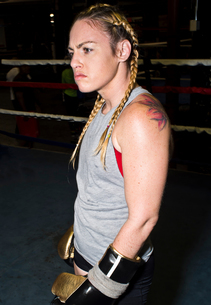 Aggressive female boxer in boxing ringの写真素材 [FYI03573772]