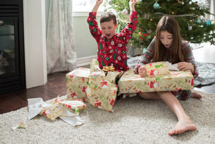 Brother and sister opening christmas presentsの写真素材 [FYI03573800]