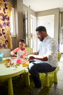 Father and daughter enjoying handicraft activityの写真素材 [FYI03573852]