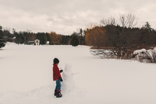 Girl playing in snowの写真素材 [FYI03573891]