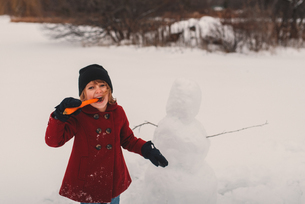 Girl playing in snowの写真素材 [FYI03573897]