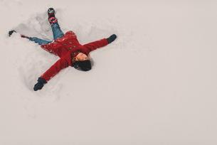 Girl lying on snowの写真素材 [FYI03573901]