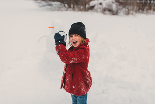 Girl getting ready to throw snowballの写真素材 [FYI03573902]
