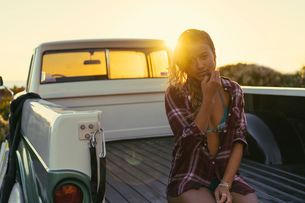 Portrait of young female surfer in back of pickup truck at Newport Beach, California, USAの写真素材 [FYI03574246]