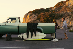 Surfing couple with pickup truck at Newport Beach, California, USAの写真素材 [FYI03574256]