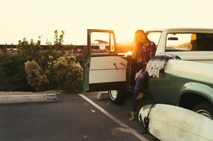 Young female surfer in pickup truck at Newport Beach, California, USAの写真素材 [FYI03574258]