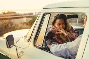 Romantic couple in pickup truck at Newport Beach, California, USAの写真素材 [FYI03574259]