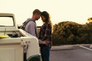 Romantic couple with pickup truck at Newport Beach, California, USAの写真素材 [FYI03574265]