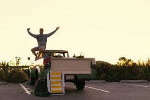 Man taking smartphone selfie in back of pickup truck at Newport Beach, California, USAの写真素材 [FYI03574267]