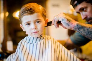 Barber combing boy's hairの写真素材 [FYI03574328]