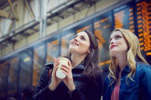 Women looking at departure information, London, UKの写真素材 [FYI03574966]