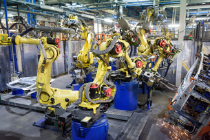 Robots welding body panels on production line in car factoryの写真素材 [FYI03575242]
