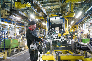 Workers on production line in car factoryの写真素材 [FYI03575249]