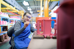 Female worker finishing wax component in precision casting factoryの写真素材 [FYI03575285]