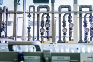 Circuit board processing machine in electronics factoryの写真素材 [FYI03575334]