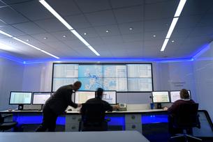 Operators in automotive emergency response control room in car factoryの写真素材 [FYI03575348]