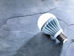LED energy efficient light bulb, illuminatedの写真素材 [FYI03575349]