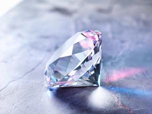 Diamond on piece of granite, close-upの写真素材 [FYI03575354]