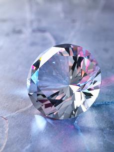 Diamond on piece of granite, close-upの写真素材 [FYI03575356]