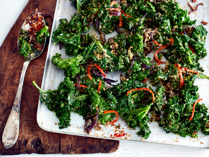 Kale, chilli and coconut side dishの写真素材 [FYI03575499]