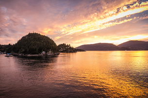 Howe Sound Bay, viewed from ferry, Squamish, British Columbia, Canadaの写真素材 [FYI03575521]