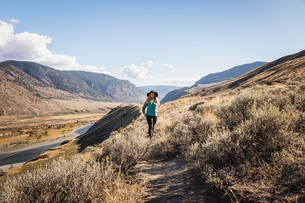 Woman hiking, Trans Canada Highway, near Kamloops, Boston Flats, British Columbia, Canadaの写真素材 [FYI03575531]