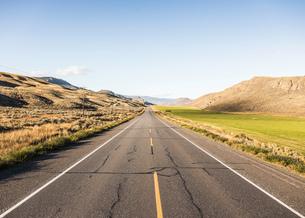 Empty road, Trans Canada Highway, near Kamloops, Boston Flats, British Columbia, Canadaの写真素材 [FYI03575537]
