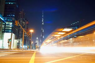 Cityscape at night showing Burj Khalifa in background and light trails, Dubai, UAEの写真素材 [FYI03575641]