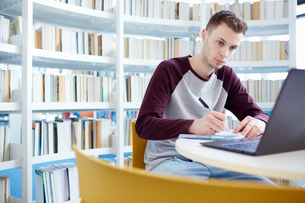 University student working in libraryの写真素材 [FYI03575776]