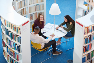 University students working in libraryの写真素材 [FYI03575782]