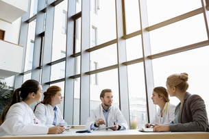 Group of doctors in meeting with consultantの写真素材 [FYI03575990]