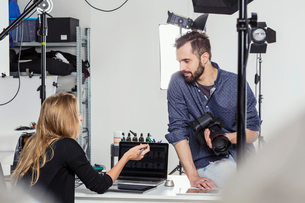Stylist and photographer having discussion in photography studioの写真素材 [FYI03576757]