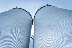 Low angle view of tanks and pipes in oil blending plant, Antwerp, Belgium, Europeの写真素材 [FYI03576906]