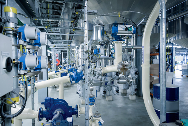 Machinery and pipes in oil blending plant, Antwerp, Belgium, Europeの写真素材 [FYI03576908]