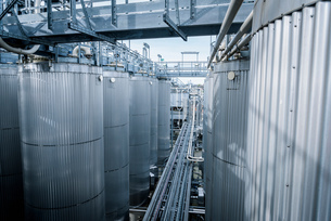Tanks and pipes in oil blending plant, Antwerp, Belgium, Europeの写真素材 [FYI03576917]