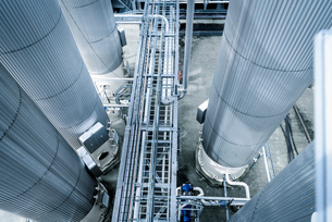 High angle view of tanks and pipes in oil blending plant, Antwerp, Belgium, Europeの写真素材 [FYI03576919]