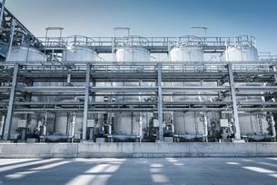 Tanks and pipes in oil blending plant, Antwerp, Belgium, Europeの写真素材 [FYI03576923]