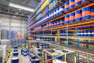 Oil barrels in robotic storage in oil blending factoryの写真素材 [FYI03576992]