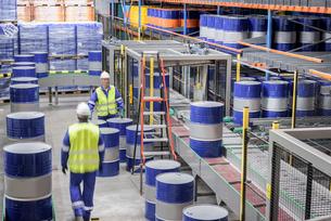 Oil barrels in robotic storage in oil blending factoryの写真素材 [FYI03576993]
