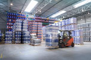 Forklift truck storing barrels in oil blending factoryの写真素材 [FYI03576995]