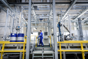 Worker in filling station at oil blending factoryの写真素材 [FYI03577001]